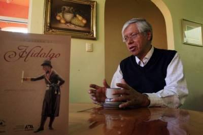 En la imagen, el autor y la portada del libro, donde se muestra una figura de Hidalgo elaborada en madera por Clemente Terrazas, en 1821, la cual pertenece al acervo del Museo Nacional de Historia del Castillo de Chapultepec / Foto: La Jornada